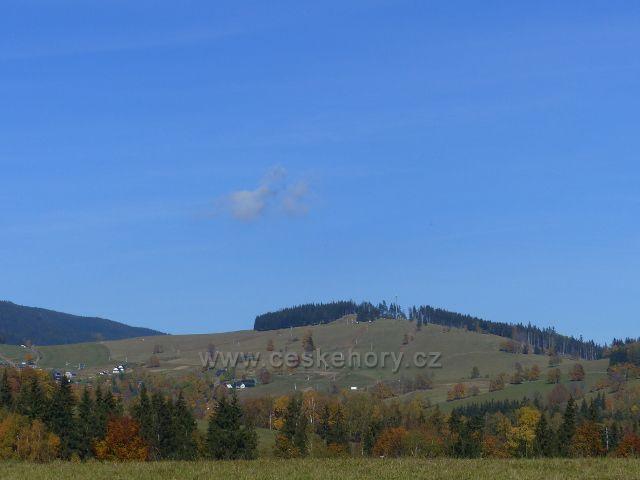 Pohled z chrastických pastvin k vrchu Štvanice(866 m.n.m.) nad obcí Hynčice pod Sušinou