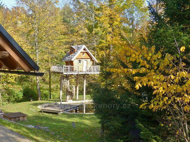 Hynčice pod Sušinou - Pohádkový domeček stojí ve výšce čtyř metrů nad bazénem