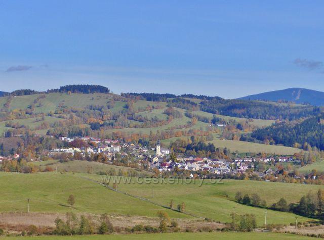 Staré Město pod Sněžníkem - vlevo nad městem je Kutný vrch(798 m.n.m.) s mnoha bunkry, vpravo na obzoru vykukuje Šerák