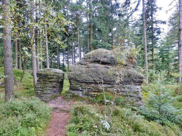 Polické stěny - skalní útvar u trasy po červené TZ nad Hájkovo roklí