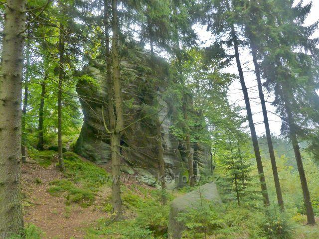 Polické stěny - skalní útvar nad cestou po červené TZ k Supímu hnízdu