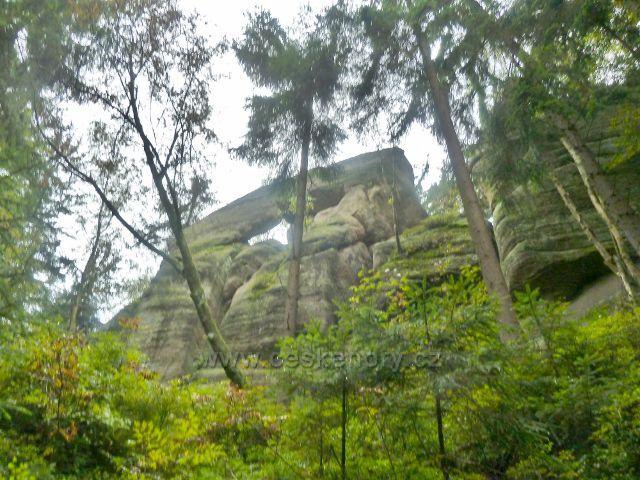 Polické stěny - skalní útvar nad posledním úsekem cesty po červené TZ k Supímu hnízdu