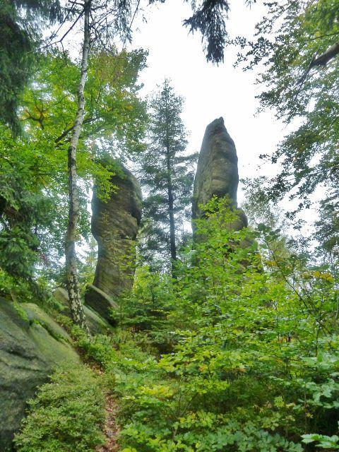 Polické stěny - skalní útvar u posledního úseku cesty po červené TZk Supímu hnízdu