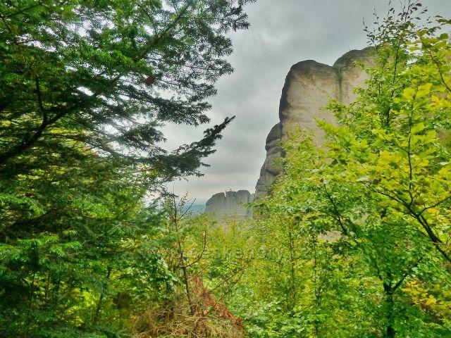 Polické stěny - skalní útvar u cesty po červené TZ k chatě Hvězda
