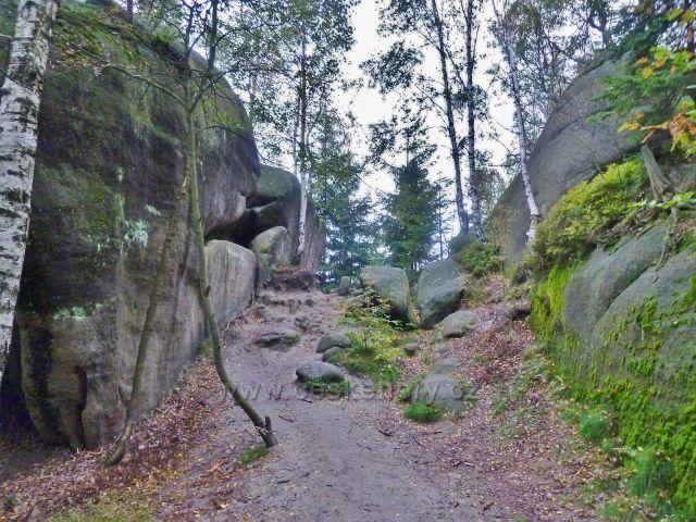Polické stěny - cesta skalním útvarem po červené TZ k chatě Hvězda
