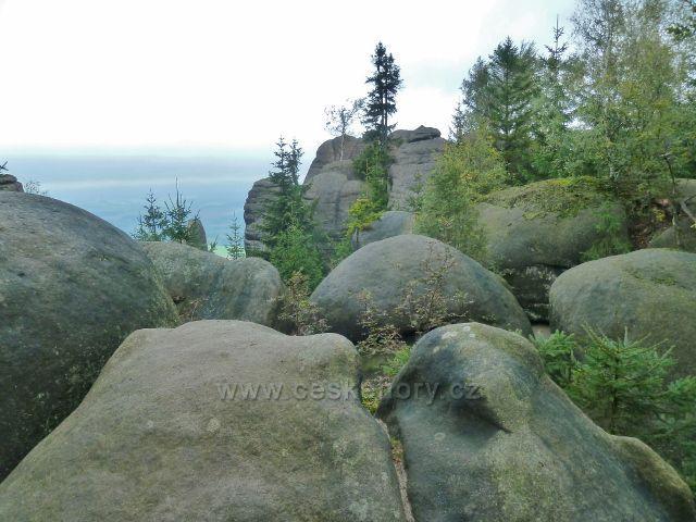 Polické stěny - skalní útvar na trase po červené TZ k chatě Hvězda poskytuje výhled do kraje především severním směrem