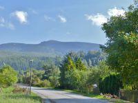 Loučná nad Desnou - pohled z parkoviště v centru obce k Mravenečníku