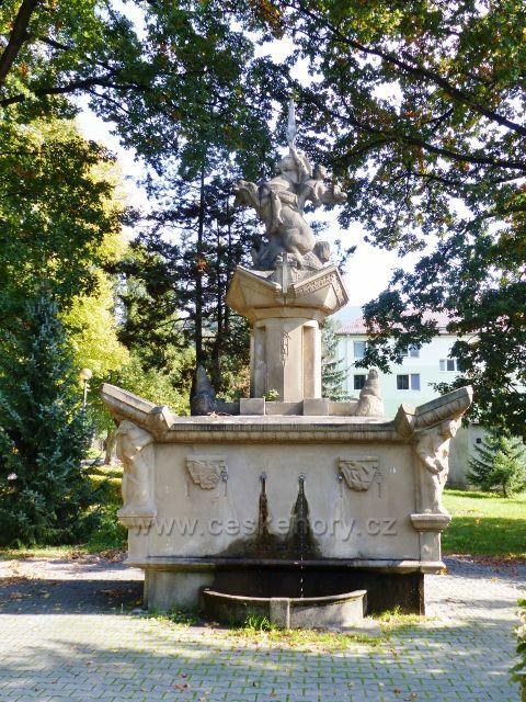 Loučná nad Desnou - kašna se sochou Caesara