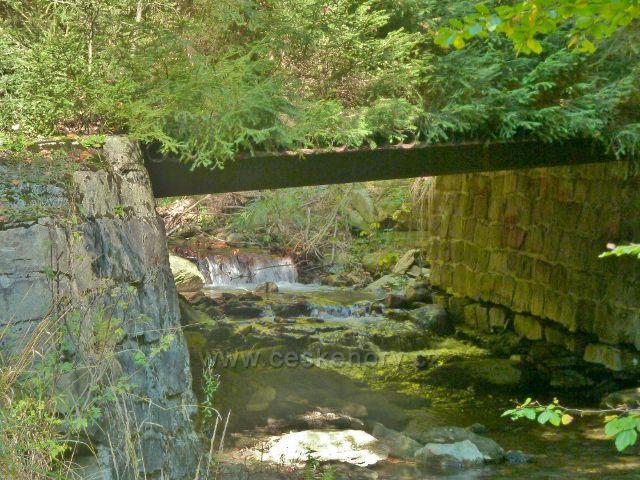Mostek přes Klepáčský potok na konci lesní silničky