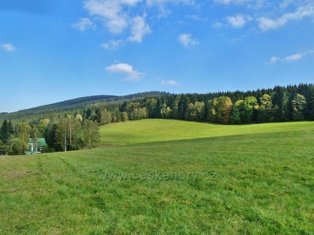 Ostružná - pohled z cesty do Ostružné k Šeráku, vlevo je penzion Na Hájovně