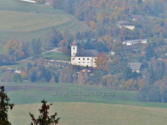 Vysoký potok - pohled od silničky do Vysokého Potoka na kostel Nanebevzetí Panny Marie v Malé Moravě