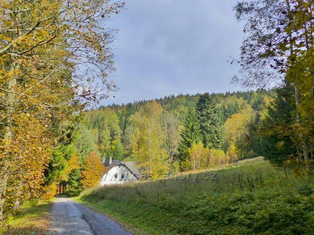 Vysoký Potok - silnička za Severomoravské chaty před první chalupou ve Vysokém Potoku