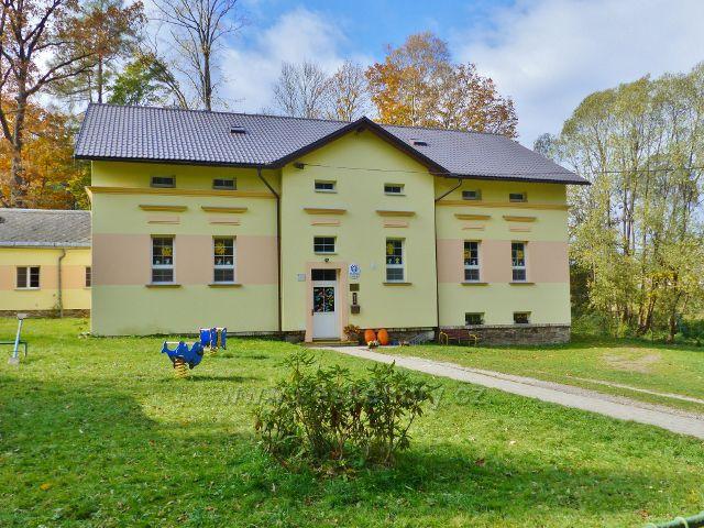Vysoký Potok - budova mateřské školky u lesa na konci horní části obce