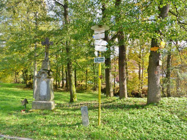 Malá Morava - rozcestí u železničního  přejezdu na Malé Moravě