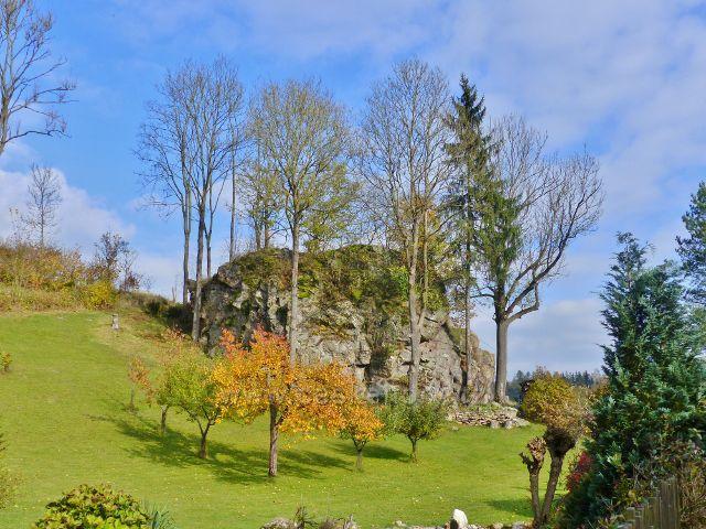 Malá Morava - skalní výhoz za restaurací u železničního přejezdu