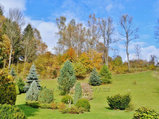 Malá Morava - okrasná zahrada před skalním výhozem za restaurací u železničního přejezdu