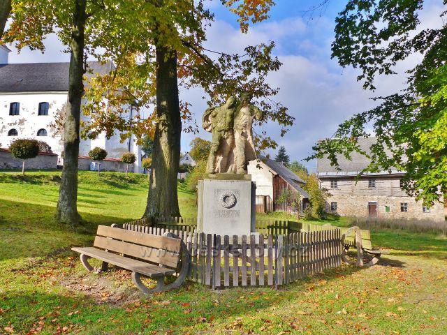 Malá Morava - památník obětem I.světové války v parčíku pod kostelem