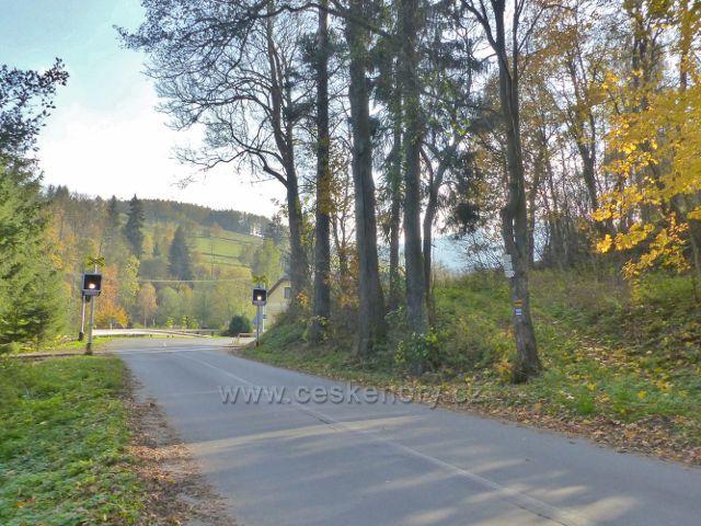 Malá Morava - turistický rozcestník u železničního přejezdu před žst. Podlesí