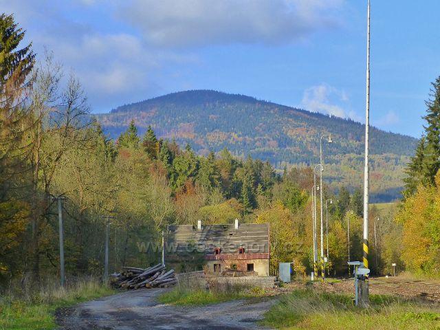 Malá Morava - tady stávala zděná patrová budova nádraží ČD Podlesí.V pozadí vystupuje vrch Maliník (796 m.n.m.)
