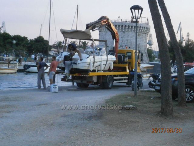 Oprava člunu v Trogiru.
