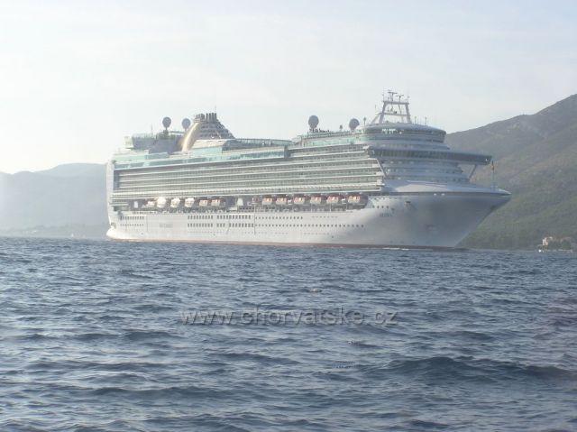 pohľad z lode na zaoceánsku loď pri Pelješackej riviére