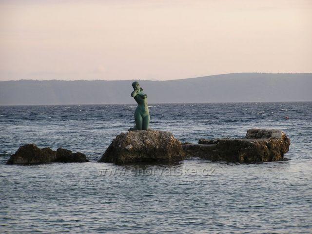 socha na skale v Podgore-Makarská riviéra
