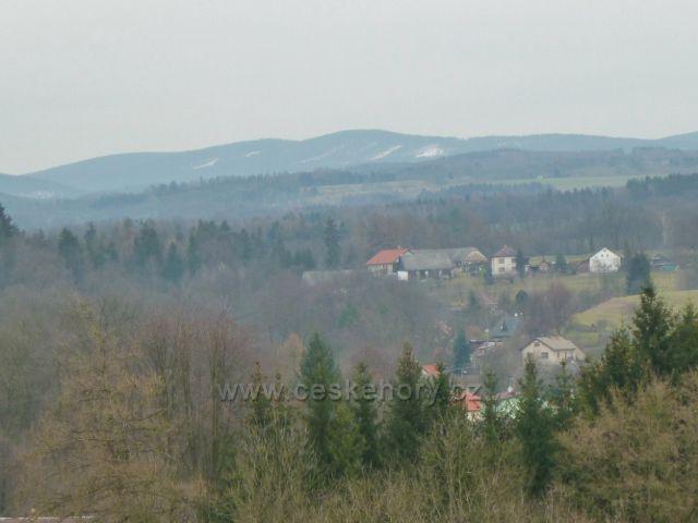 Rychnov nad Kněžnou - pohled z altánku na hřeben Orlických hor -Sedloňovský vrch(1049 m.n.m.), v popředí Panská Habrová