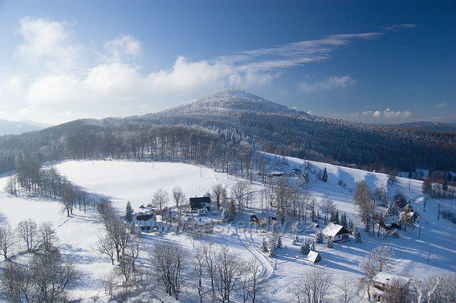Osada Rozhled a hora Jedlová z vyhlídky na Tolštejně