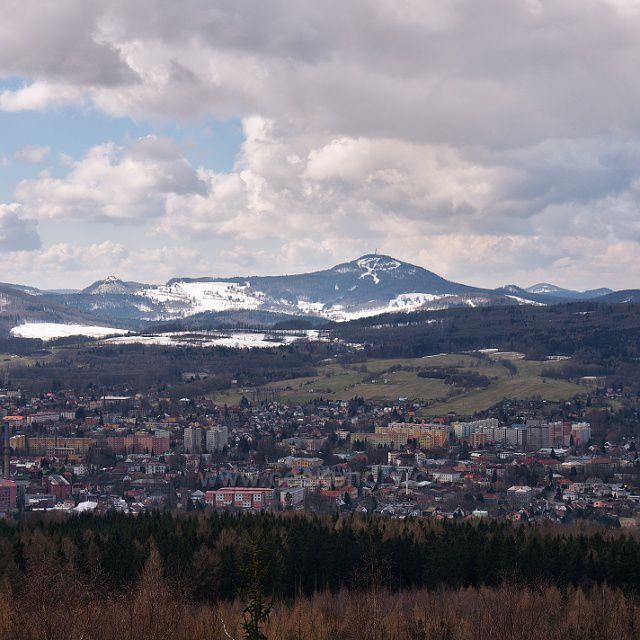 Varnsdorf ze Špičáku - v pozadí Jedlová a Tolštejn