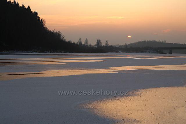 Západ slunce nad přehradou Talsperre Rauschenbach