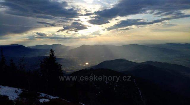 Pohled z Lyse hory na okolni kopecky.