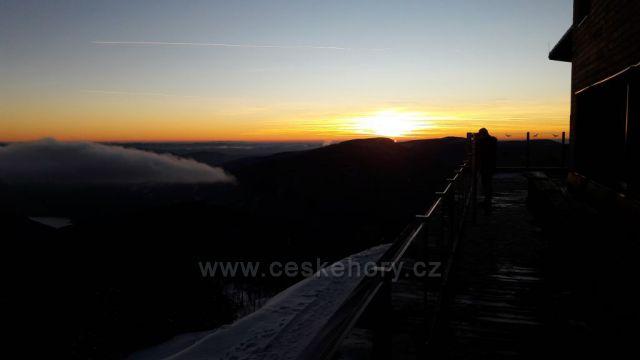 Pohled s bezrucovy chaty na terase pri zapadu slunce