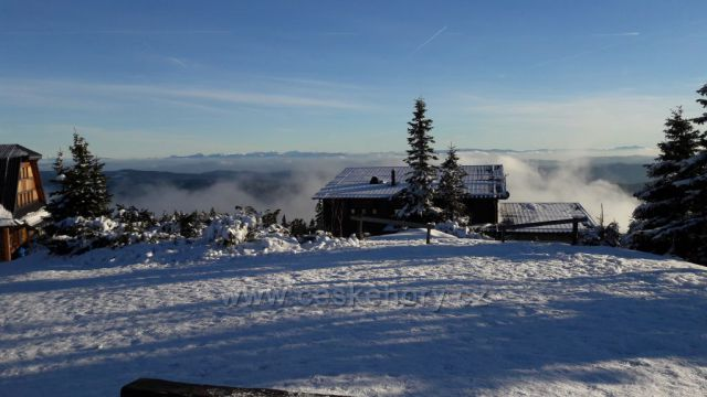Pohled na chatu Maraton a na Slovensko z Lyse hory