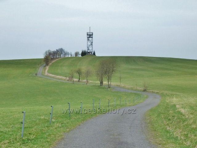 Dolní Hedeč - silnička na vrch Val(790 m.n.m.) se stejnojmennou rozhlednou
