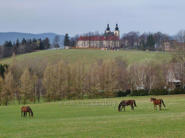 Dolní Hedeč - pohled z úbočí vrchu val ke klášteru