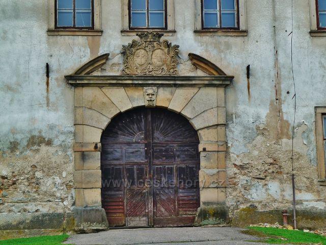 Rokytnice v O.h. - portál hlavního vchodu do zámku
