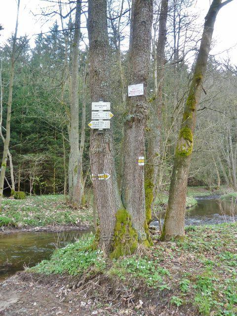 Kunvald - turistický rozcestník u mostku přes Rokytenku pod Kunvaldským rybníkem