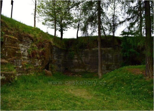 Rázovské tufity, žežil se zde stavební kámen na stavby domů, božích muk a třeba na stavbu Bruntálského zámku.