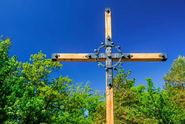 Nově vysvěcený kříž na Poustevníkově vyhlídce