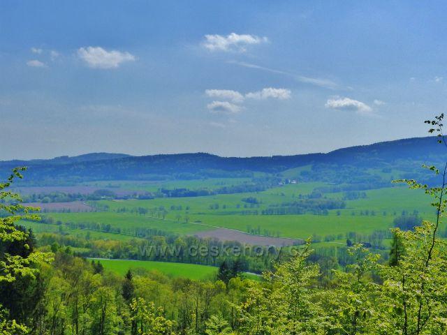 Mlýnický Dvůr - pohled z cesty k Osikovému lesu na protilehlý hřeben a obec Heroltice