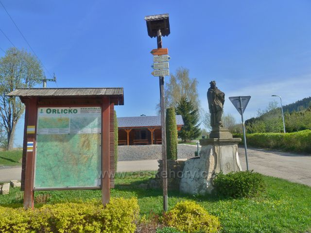 """Šanov - turistický rozcestník"""" Šanov (kostel), 570 m.n.m."""""""