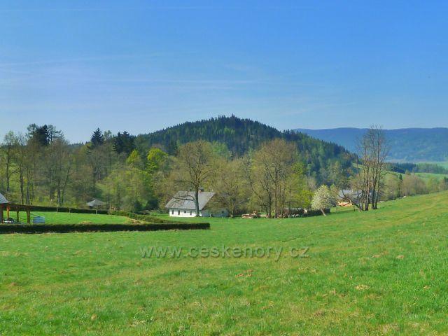 Šanov - pohled z pastvin nad obcí ke Křížové hoře