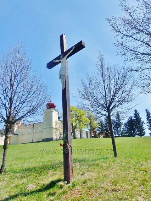 Králíky - dřevěný kříž u Hraběcí stezky pod klášterem Hedeč