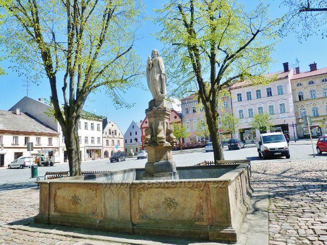 Králíky - kašna se sochou přadleny na Velkém náměstí