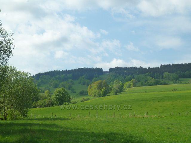 Podlesí - pastviny nad Podlesím.V lesním průseku je vidět Severomoravská chata