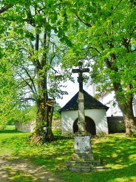Podlesí - Boží muka a památná lípa před hřbitovem