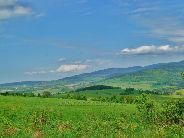 Podlesí - pohled z úbočí Pohořelce k Malé Moravě. Na obzoru je vlevo Klepý a vpravo pak Stezka v oblacích
