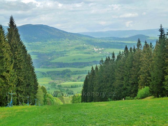 Podlesí - pohled ze sjezdovky na Pohořelci k Vojtíškovu a Sviní hoře