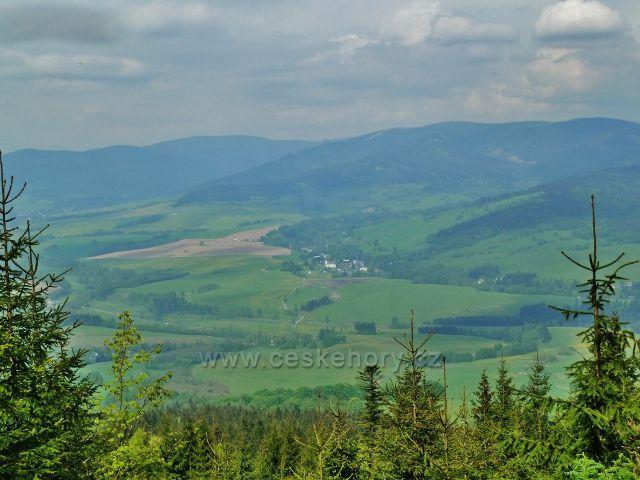 Horní Orlice - pohled z úbočí Jeřábu na Malou Moravu a masiv Králického Sněžníku