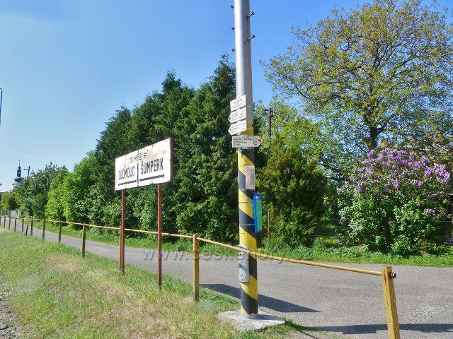 """Nový Malín - turistický rozcestník """"Nový Malín, 375 m.n.m."""" u železniční stanice"""